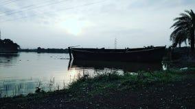 Ein Boot und eine Fahrt auf das Wasser Lizenzfreies Stockfoto
