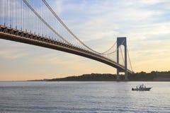 Ein Boot unter Verrazano-Enge-Brücke Lizenzfreie Stockfotos