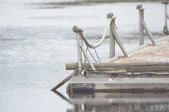 Ein Bootsdock mit Gerät und Netz für die Fischerei Lizenzfreies Stockfoto