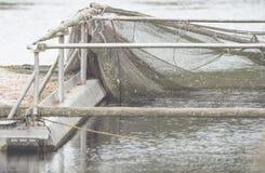 Ein Bootsdock mit Gerät und Netz für die Fischerei Stockfotografie