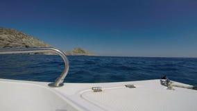 Ein Bootssegeln auf dem Meer stock video