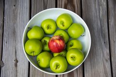 Ein Bowlful knusperige, Saisonfall-Äpfel stockbild
