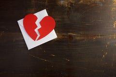 Ein Brechung herauf Valentinsgrußumschlagbuchstaben mit einem defekten roten Herzen Lizenzfreie Stockbilder