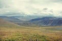 Ein breites Tal auf der Ukok-Hochebene, unter einem bewölkten Himmel Stockfoto