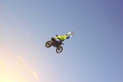 Ein Bremsungsradfahrer führt einen Trick im Himmel durch Stockfoto