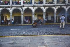 Ein brennender Reifen rollt unten die Straße Stockfotografie
