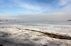 Ein Bruch im Eis auf dem finnischen Golf Stockfotos