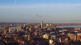Ein Brummen schoss vom Liverpool-Stadtzentrum bei Sonnenaufgang stock video footage