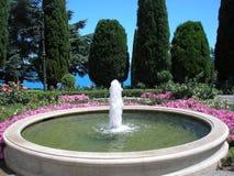 Ein Brunnen ist in einem Park Stockfotos