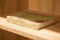 Ein Buch in einem Regal stockfotos