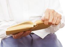 Ein Buch in einer Hand der alten Frau Lizenzfreies Stockfoto