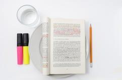 Ein Buch gedient als Mahlzeit Stockfotografie