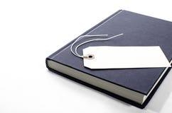 Ein Buch mit einem leeren Tag Stockfotos