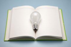 Ein Buch und eine Lampe Stockbild