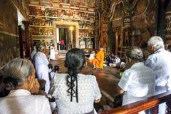 Ein buddhistischer Mönch hält Gericht im Schreinraum bei Kelaniya Raja Maha Vihara in Sri Lanka Lizenzfreie Stockfotos
