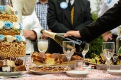 Ein Buffettisch mit Gläsern Wein und Imbiss auf der Straße stockbild