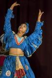 Ein bunt gekleideter weiblicher Ausführender an der Theateraufführung Esala Perahera in Kandy, Sri Lanka lizenzfreie stockfotos