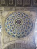 Ein bunter Bogen in einer Kirche stockfoto