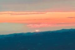 Ein bunter Sonnenaufgang und Berge Lizenzfreie Stockfotos
