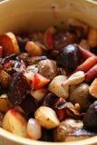 Ein bunter Teller einer Vielzahl des gebackenen Gemüses Stockfotos