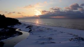 Ein bunter Wintersonnenuntergang auf dem Ufer des Golfs von Riga in Lettland stock footage