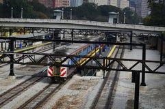 Ein bunter Zug auf Bahnen in im Stadtzentrum gelegenem Chicago, Illinois Stockfotografie