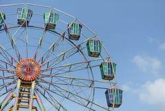 Ein buntes Riesenrad mit Hintergrund des blauen Himmels Lizenzfreies Stockfoto