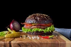 Ein Burger mit einem braunen Brötchen stockfotos