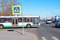 Ein Bus im Wohnviertel des St Petersburg, Russland Stockbilder