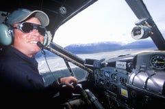Ein Buschpilot in einem Aufklärungsflugzeug in Alaska Stockbilder