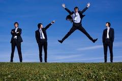 Ein bussiness Mannspringen Stockfoto