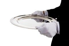 Ein Butler, der ein silbernes Tellersegment auf Weiß anhält Lizenzfreies Stockbild