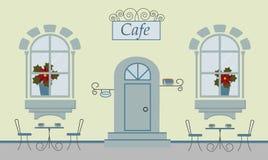 Ein Café, zwei Fenster, Tür, Treppe, rote Blumen Die netten Tabellen mit Schalen cofee oder Tee und Stühlen lizenzfreie abbildung