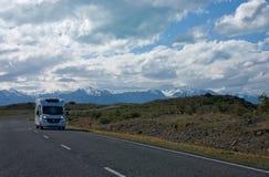 Ein campervan Fahren auf die Straße in Neuseeland lizenzfreies stockfoto