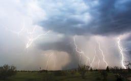 Ein chaotisches Gewitter mit Blitzschlägen innen Lizenzfreie Stockbilder