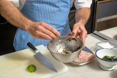 Ein Chef, der frische Fische prparing ist Lizenzfreie Stockfotografie