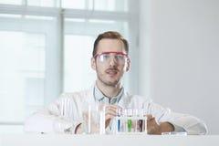 Ein Chemiker auf dem Arbeitsplatz im Labor Stockbild