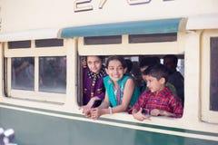 Ein Childs, das eine Reise im Zug, im glücklichen Modus genießt Stockbilder