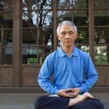 Die Meditation des chinesischen Mannes Stockbilder