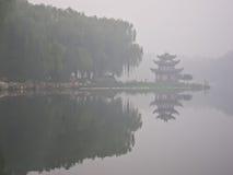 Ein chinesischer Pavillion unter dem Nebel Lizenzfreie Stockfotos