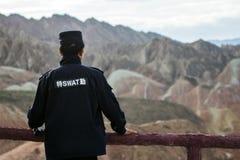 Ein chinesischer Sicherheitsbeamte Is Viewing Landscape stockbild