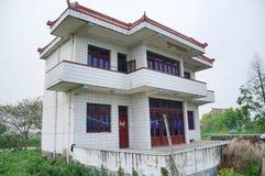 Ein chinesisches Dorfhaus und ein Ackerland Stockbilder