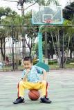 Ein chinesisches Kind mit einem Basketball Lizenzfreies Stockfoto