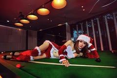 Ein chinesisches Mädchen gekleidet in den Weihnachtskostümen Stockfotografie