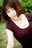 Ein chinesisches Mädchen im Garten Lizenzfreies Stockfoto