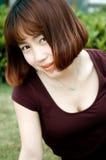 Ein chinesisches Mädchen im Garten Stockfotos