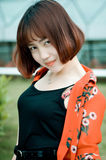 Ein chinesisches Mädchen im Garten Stockfoto