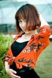 Ein chinesisches Mädchen im Garten Lizenzfreie Stockfotografie