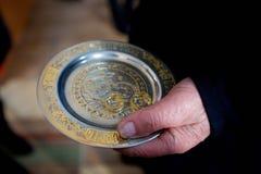 Ein christlicher Priester hält in seinen Händen einen Ehering lizenzfreie stockbilder