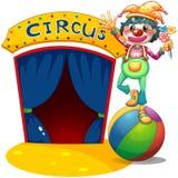 Ein Clown, der über dem Luftball balanciert Stockfoto